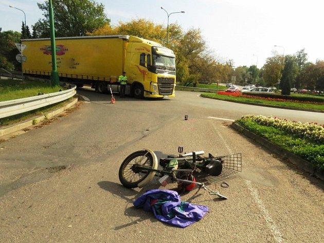 Řidič nákladního vozidla zřejmě nedal přednost motocyklistce na Babetě a vjel na kruhový objezd v době, kdy jej 67letá žena projížděla.Ta se sice vyhnula střetu s kamionem vzápětí ale přepadla z motocyklu na vozovku.