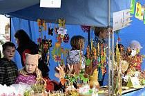 Broumovské náměstí ožilo v rámci oslav Velikonoc a umožnilo broumovským dětem pochlubit se s rukodělnými pracemi na velikonočním jarmarku.