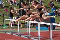 DENISA ROSOLOVÁ (blíže k objektivu) v závodě na 100m překážek.