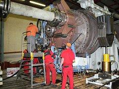 V HRONOVSKÉ strojírenské společnosti testovali obří převodovky pro větrné elektrárny pro čínského zákazníka.