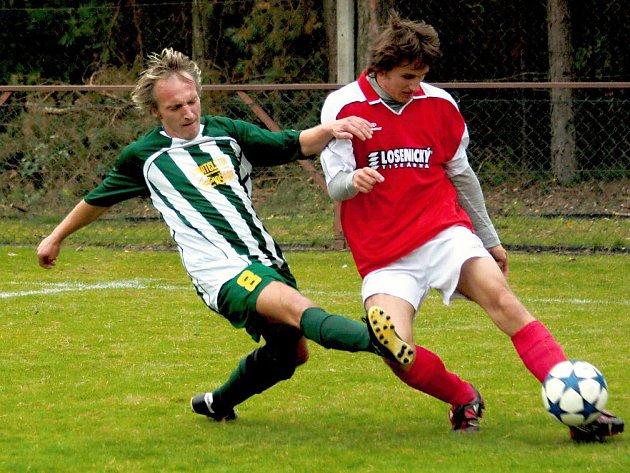 Přes bránícího hráče Albrechtic snaží odcentrovat novoměstský Michal Lichter.