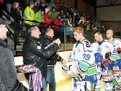 Oslavy třetího místa v letošním ročníku Krajské hokejové ligy mužů byly hodně podobné jako po loňském triumfu. Hronovští hráči se o svou radost i šampaňské podělili hned po posledním utkání sezóny se svými věrnými příznivci.
