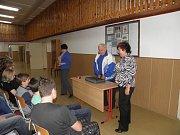 SLAVNÝ HOKEJISTA a vězeň komunistického režimu Augustin Bubník při besedě ve škole.