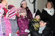 V podvečer na první adventní neděli přišla na hronovské náměstí téměř tisícovka obyvatel města, aby byla svědkem slavnostního rozsvícení vánočního stromu, který bude až do 6. ledna tvořit dominantu náměstí.
