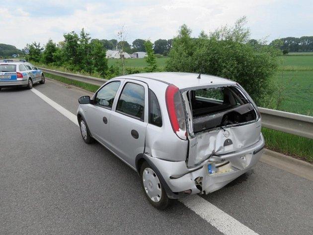 Neukázněné kačeny, které se pohybovaly v sobotu dopoledne kolem odbočky na Velký Třebešov, tedy na obchvatu České Skalice, způsobily nakonec dopravní nehodu.