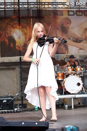Na housle hraje mladičká Aneta Spilková, členka Novoměstské filharmonie.