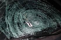 Chodkyni srazilo po setmění auto, utrpěla vážná zranění.