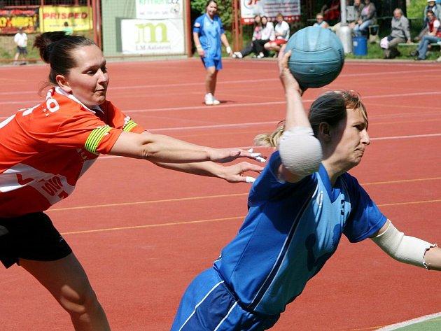 Suverénním způsobem postoupily do semifinále play off nejvyšší domácí soutěže národní házenkářky Krčína (v modrém), které ve čtvrtfinále vyřadily Hlinsko.