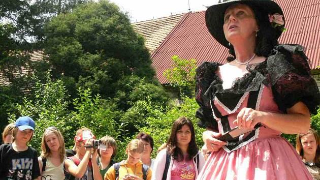 Kněžna Zaháňská vítá děti v Ratibořicích.