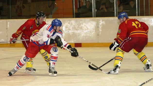 Hokejistům Náchoda (v bílém) stačil k vítězství nad Opočnem pouze jeden gól.
