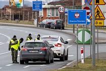 Příslušníci polské pohraniční stráže kontrolují 27. února 2021 na hraničním přechodu Náchod-Kudowa Zdrój auta směřující do Polska.