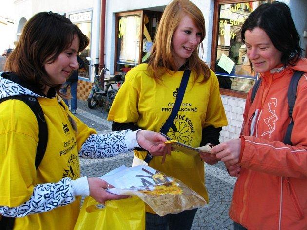 Kvítek měsíčku lékařského si v Polici z rukou Nely Kinášové (vlevo) a  Moniky Jenkové koupila také Marie Meisnerová.