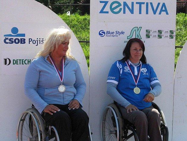Kategorii reflexní luk – ženy vyhrála Miroslava Černá (vpravo) před Lenkou Kuncovou.