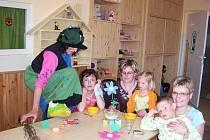 Čarodějnice Lenora potěšila malé pacienty.
