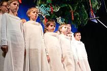 VÁNOČNÍ ATMOSFÉRU vnesli do městského divadla v Náchodě žáci Základní umělecké školy J. Falty.