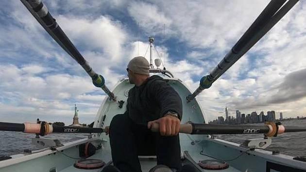 Náchoďák z New Yorku se vydal ve veslici přes Atlantik do Evropy.