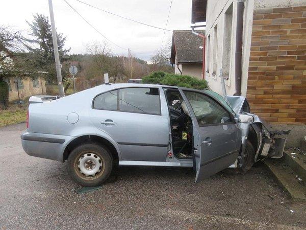 Devětadvacetiletý řidič Škody Octavia narazil vplné rychlosti do rohu domu vHořičkách a na místě zemřel.
