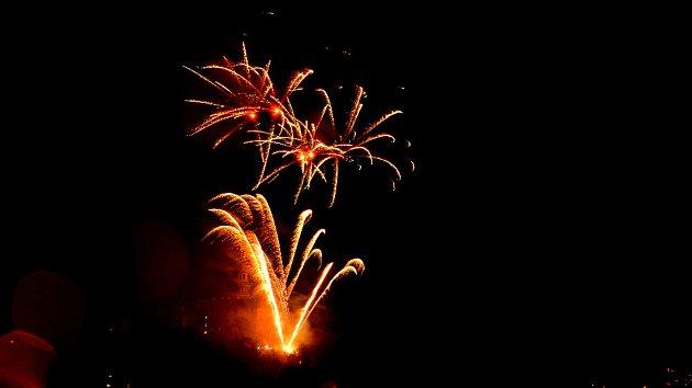 Oslavy 100. výročí od vzniku samostatného Československa zakončil v neděli večer v Náchodě ohňost