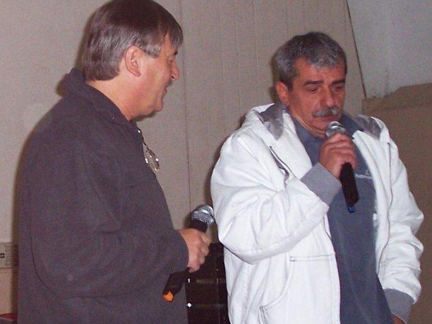 Do obce olany na Jaroměřsku dorazil písničkář Pavel Dobeš (vpravo).