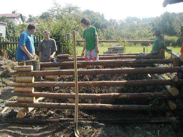 Machovští žáci se s vervou pustili do úpravy školní zahrady.