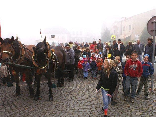Tradiční  událost, kterou je posvícení v Olešnici, si včera jaksepatří užívali nejen rodiče, ale také  jejich ratolesti, jimž k jejich velké radosti odpadla škola.