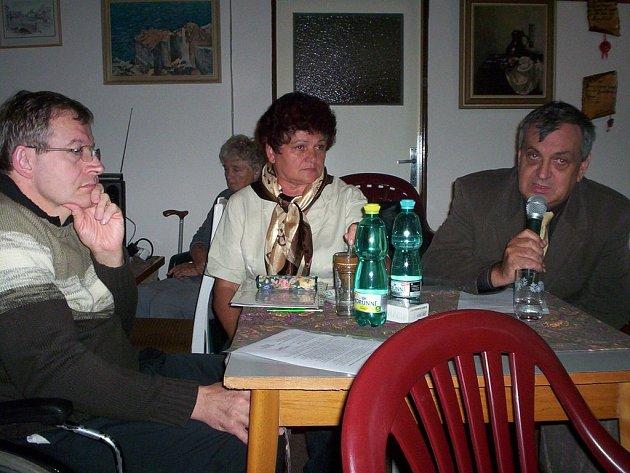 Oldřich Čtvrtečka, starosta Náchoda, vysvětluje na setkání Sdružení zdravotně postižených současné aktuální problémy, které hýbají okresním městem.