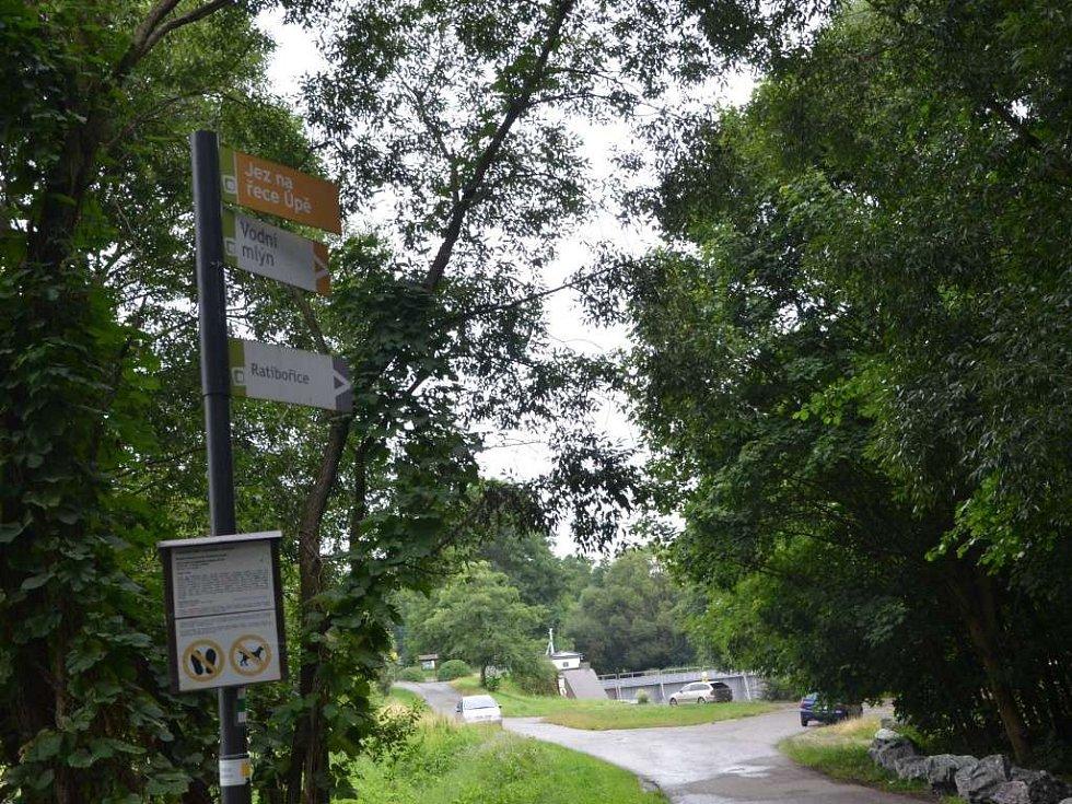 Parkování v Ratibořicích u jezu je zakázané.