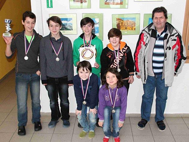 STŘÍBRNÝ tým Hronova. Vzadu zleva stojí: David Černý, Jan Trojtl, Jakub Starý, Jiří Pich a Jaroslav Čáp (vedoucí týmu). Vpředu Josef Cibulka a Lucie Pichová.