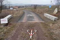 KDO PONESE ODPOVĚDNOST? Cyklostezka v úseku Vižňov Nowe Siodlo protínající českou hranici s Polskem, se na české straně rozpadla. A zatím, co polská část cyklostezky pokrytá asfaltem bez problémů drží, ta česká se kvůli zákazu SCHKO asfaltovat nesměla.