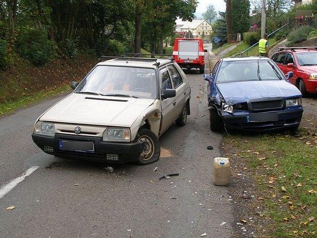 Bez zranění se obešla nehoda dvou osobních vozidel, ke které došlo v neděli odpoledne v obci Jetřichov.