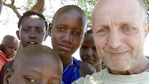 JIŘÍ ROSA Z ČESKÉ SKALICE spolu s masajskými dětmi v Tanzanii.