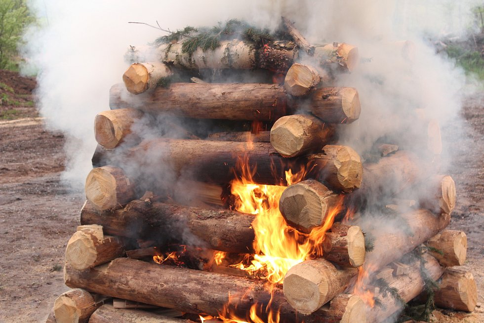 Farmáři z Broumovska se připojili k celoevropské akci a zapálením vatry protestovali proti návratu vlků do hospodářské krajiny.