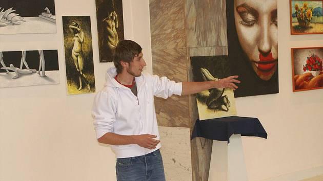 Výtvarník Jan Bohuš při zahájení své výstavy.