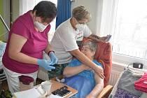 V Broumově se včera začalo s očkováním druhým kolem v domově pro seniory. Zároveň se otevřela i ordinace praktického lékaře, kde se po pátku bude pokračovat s očkováním i v sobotu. Foto: Deník/Jiří Řezník