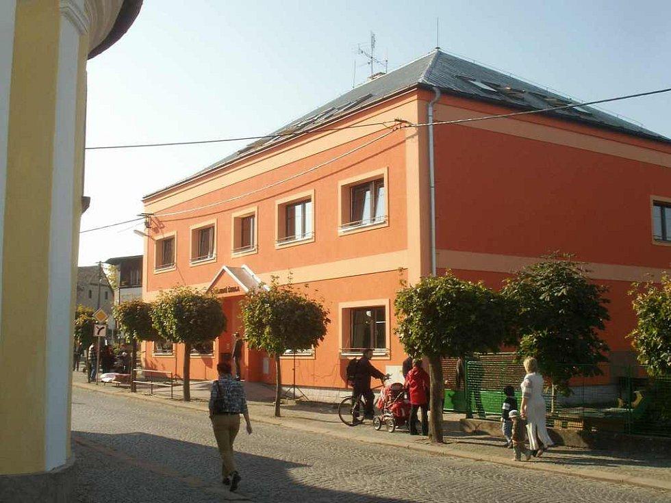 Opravená základní škola ve Studnici.