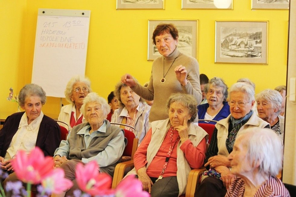 OTÁZKY čínské velvyslankyni kladli i obyvatelé Městského střediska sociálních služeb Marie.