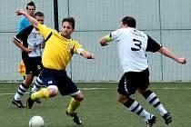 NOVÉ MĚSTO (ve žlutém) sehrálo s vedoucí Bílou Třemešnou smolný zápas, ve kterém se i přes velké množství šancí nedokázalo gólově prosadit.