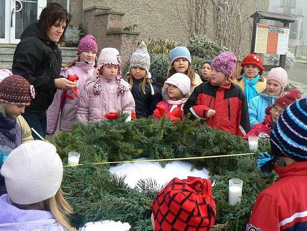 Děti ze základní a mateřské školy v Machově se snaží vyrobit větší adventní věnec, než mají v Machově Na Městečku.