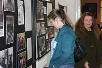 V prostorách bývalého klášterního gymnázia jsou nyní umístěny hned dvě výstavy připomínající listopadové události 1989 v Broumově a historii polsko-česko-slovenské Solidarity.