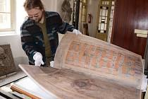 ARCHEOLOG JAN TŮMA ukazuje nejpopulárnější a nejdiskutovanější dvoustránku Codexu gigas s vyobrazením ďábla.