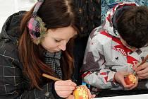 Nový český rekord je na světě. Byl vytvořen v pondělí odpoledne na hronovském náměstí, kde komisařka Renata Danielicová z pelhřimovské agentury Dobrý den napočítala celkem 2774 ozdobených perníkových valentýnských srdíček. Součástí byl i zábavný program.