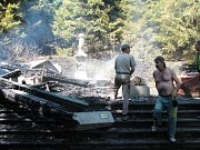 Hasiči zasahovali u požáru kapličky v Suchém Dole.