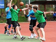 NÁRODNÍ házenkáři Krčína (v zeleném) skončili po základní části třetí a v nedělním čtvrtfinále vyzvou doma šestou Rokytnici.