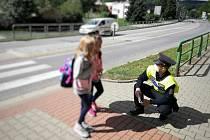 Policisté školákům u přechodů připomínají, že zebra se za ně nerozhlédne
