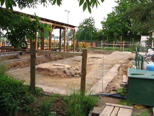 Budoucí nový sportovní areál TJ Sokol Jezbiny. Snímek zachycuje, jak postupně pokračují prace dělníků na novém povrchu.