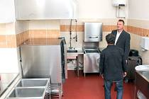 NA GYMNÁZIU v Jaroměři mají novou výdejnu s jídelnou a také moderně vybavenou laboratoř.
