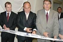 Nová budova ZUŠ v Náchodě byla slavnostně otevřena symbolickým přestřižením pásky. Na snímku (zleva) Zbyněk Mokrejš, ředitel ZUŠ, Jan Birke, starosta Náchoda a hejtman Lubomír Franc.