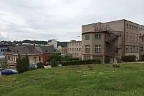 V NÁCHODSKÉ NEMOCNICI se sice začalo pracovat, ovšem jde jen o přípravu prostranství na velkou centrální stavbu. Staré objekty dál zůstávají.