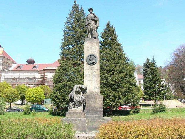 Pomník adlých stojící před Základní školou Václava Hejny si bude muset na restauraci ještě chvíli počkat.