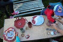Veronika Tymelová žije na Novém Hrádku nedaleko Náchoda, kde provozuje Ateliér keramické a grafické tvorby – Veronikaart. Nedávno obdržela titul Mistr tradiční rukodělné výroby a své zkušenosti s prací s keramikou předává i jako pedagožka.